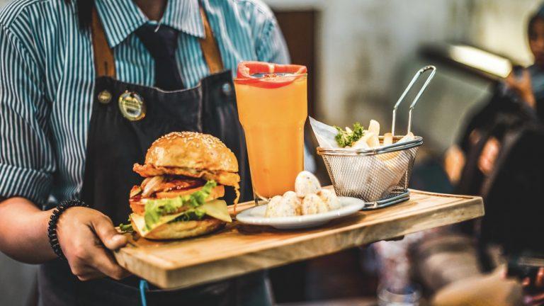 Profesjonalna obsługa kelnerska – jakie są obowiązki kelnera?